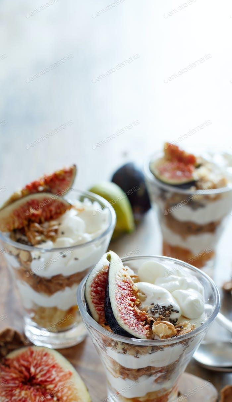 Greek yogurt with figs and granola