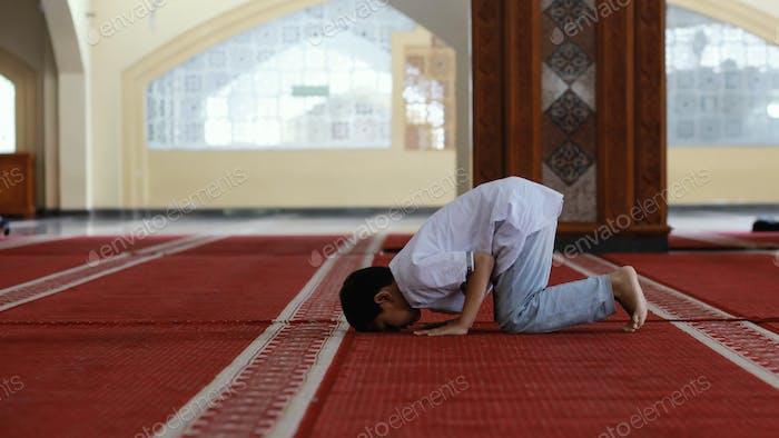 Musulmán rezando en la mezquita