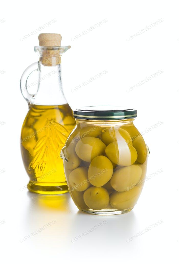 Eingelegte grüne Oliven und Olivenöl.