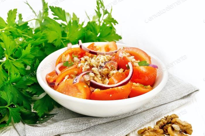 Salat mit Tomate und Walnuss in Teller an Bord