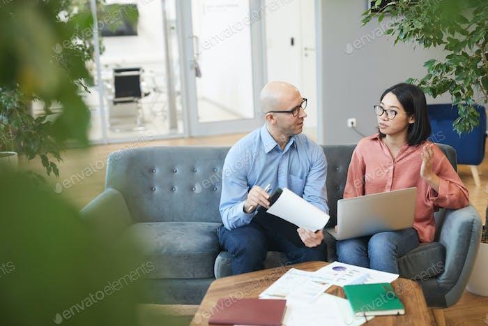 Asiatische Geschäftsfrau im Gespräch mit Praktikumsleiter