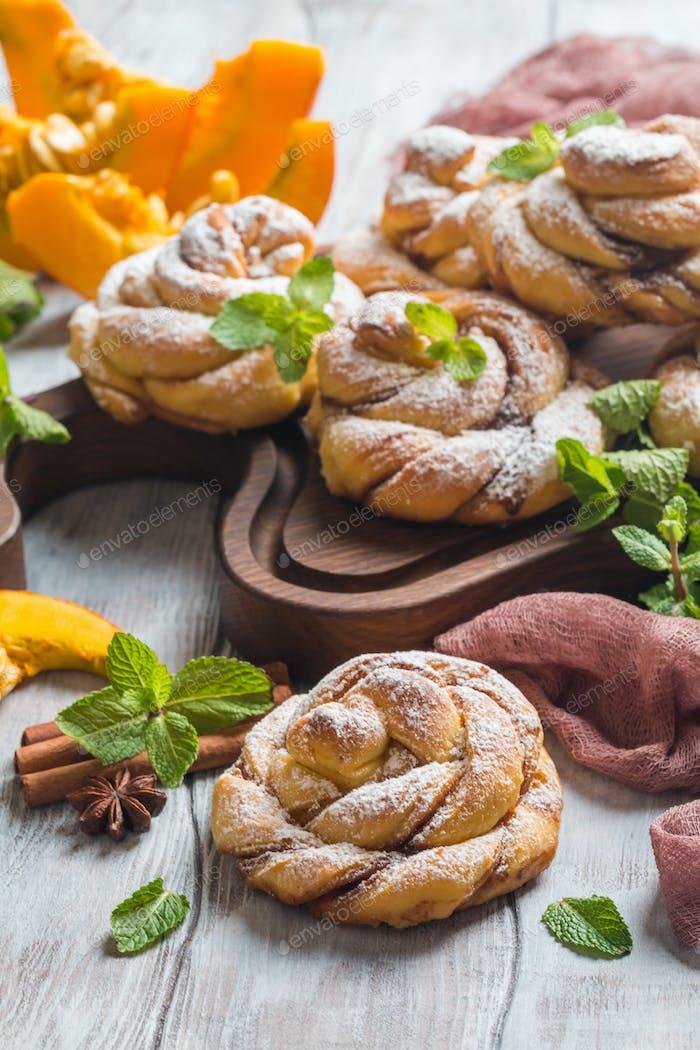 Hausgemachte Zimtschnecken mit Kürbis