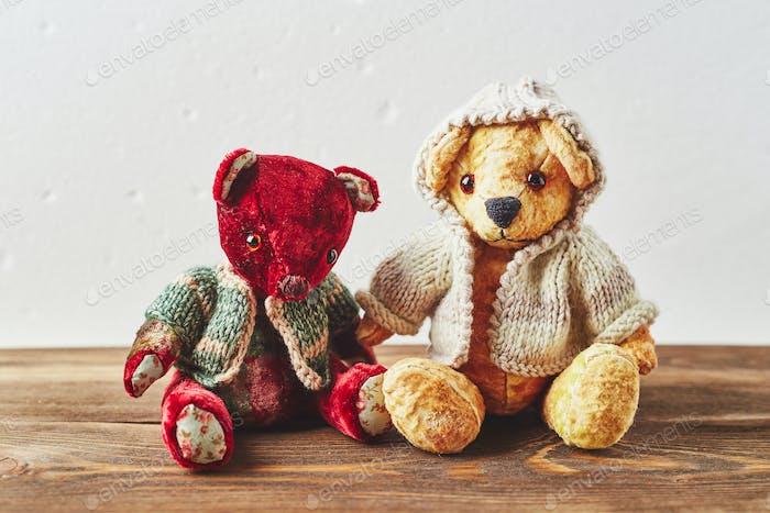 TwoTeddybären auf Holzhintergrund