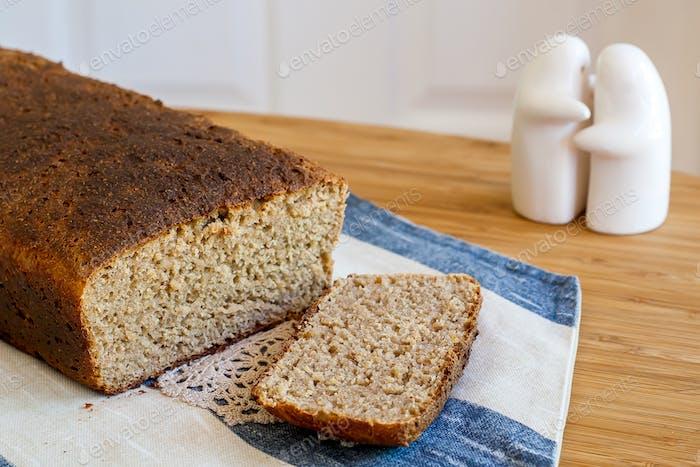 Hausgemachtes Brot auf einem Leinentuch