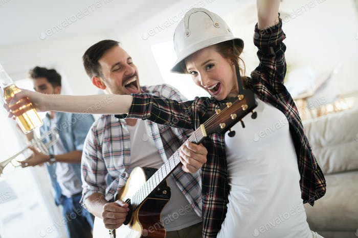 Kleine Gruppe von jungen Menschen hängen auf der Hausparty, Freunde haben Spaß