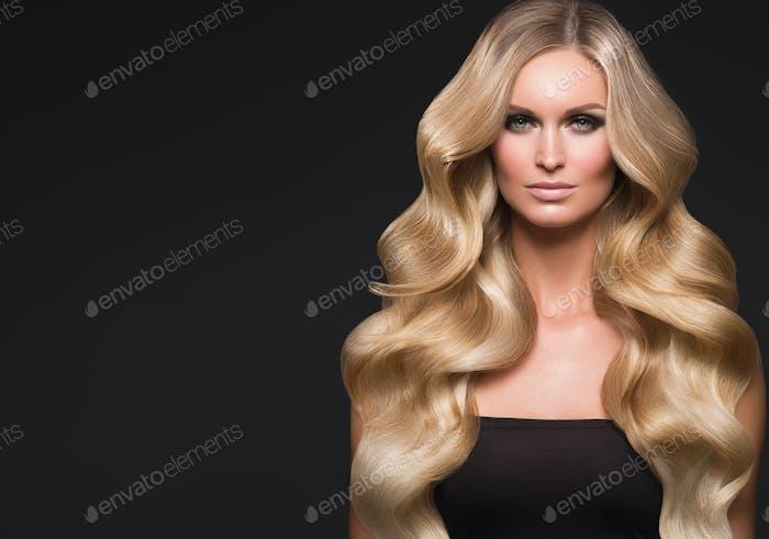 Blonde Frau langes Haar lockig natürliche Mode Make-up