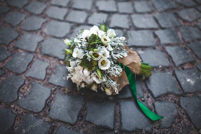 Hochzeitsstrauß auf den Pflastersteinen