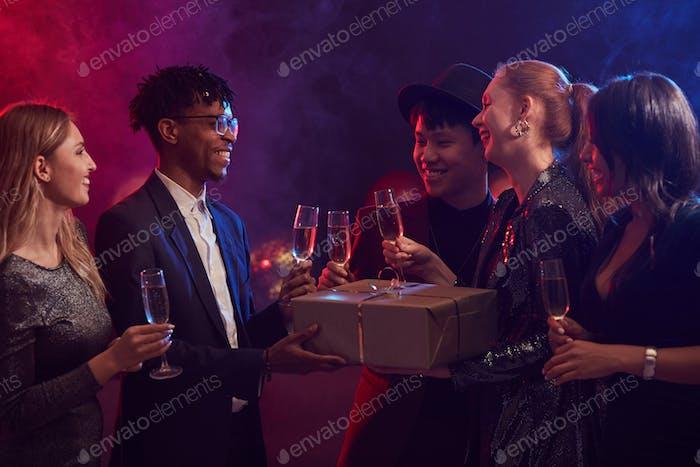Freunde, die Geschenke im Nachtclub austauschen