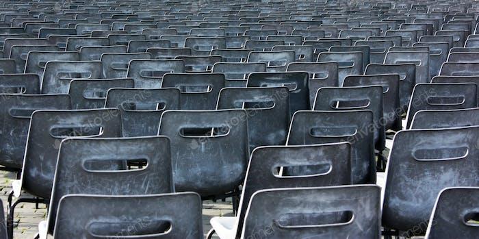 Leere Stühle des Auditoriums
