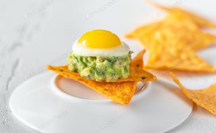 Aperitivo de guacamole y huevo de codorniz