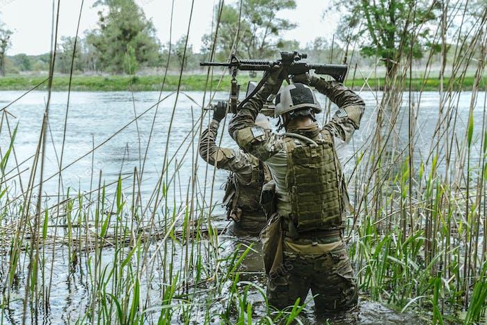 Grüne Baskenmütze Soldaten in Aktion