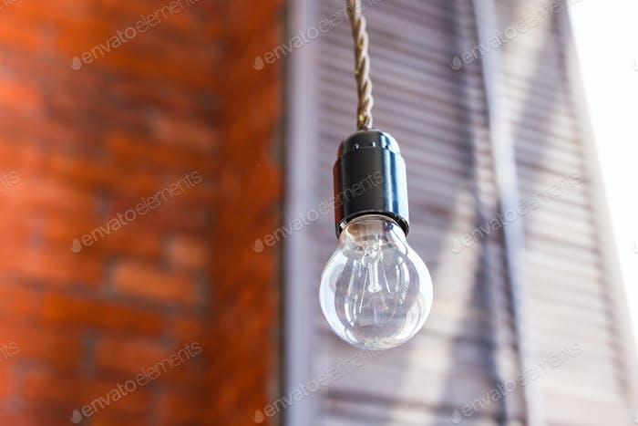 Glühlampe auf einem Backsteinwand Hintergrund