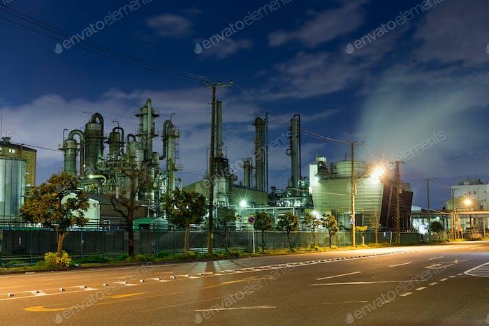 Ölraffinerie in der Nacht
