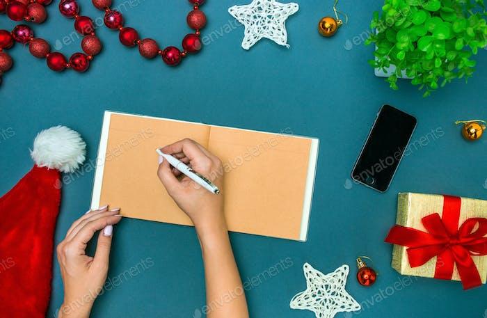 Las manos famale con decoraciones Navidad ñas.