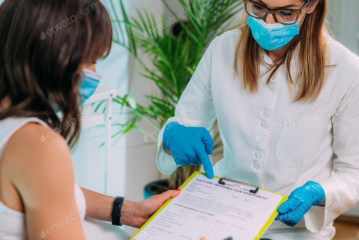 Paciente femenino rellenando la declaración de información sobre la vacuna. Vacunación contra el virus Corona.