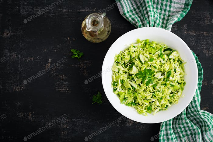 Frühlingssalat mit Kohl, Gurke, Frühlingszwiebel und Petersilie