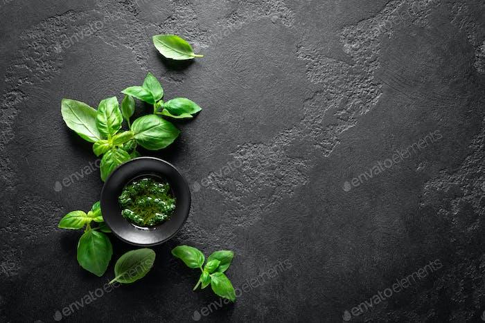 Pesto. Pesto-Sauce aus italienischem Basilikum