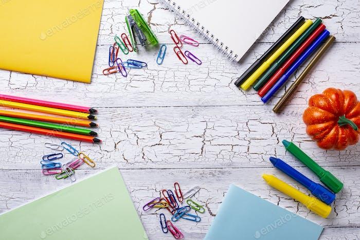 Verschiedene bunte Briefpapier für Studenten