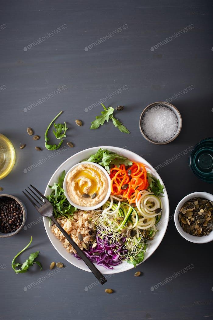 Veggie Couscous Lunchschale mit Spiralmöhren und Zucchini, Hummus und Rotkohl
