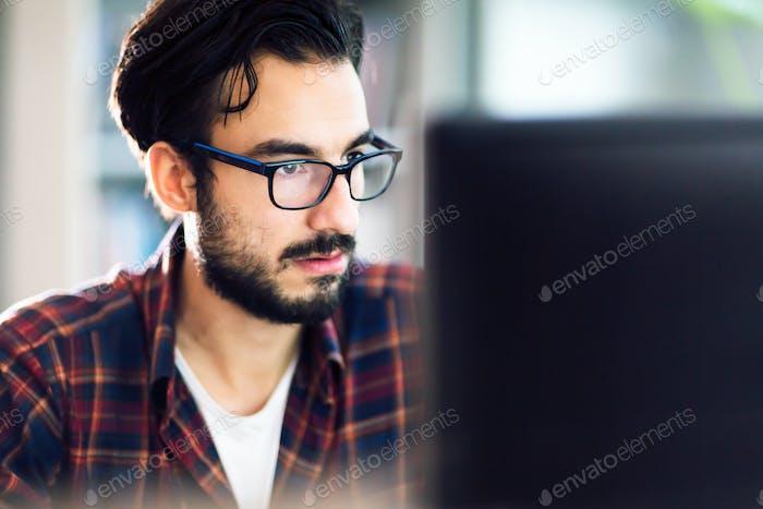 Programmierer arbeitet bei Softwareentwicklungsunternehmen