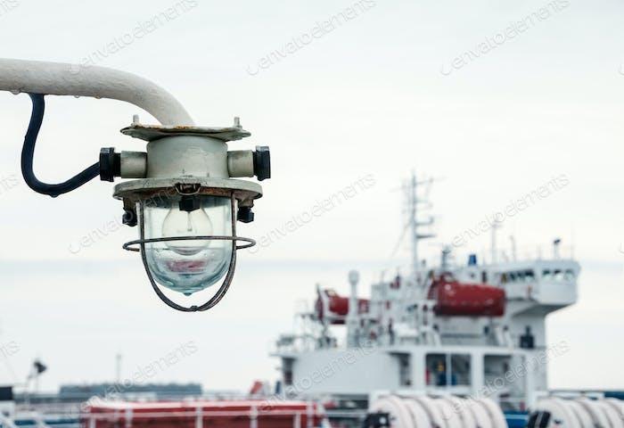 Старый фонарь свет на корабле