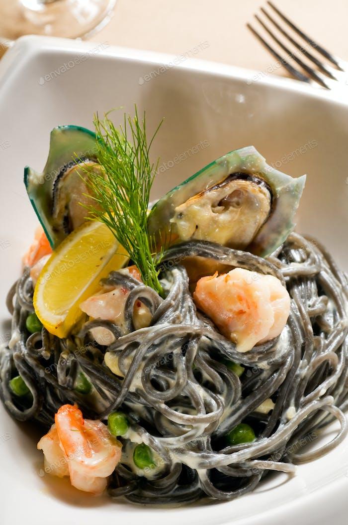 Meeresfrüchte schwarze Spaghetti