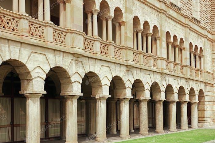 Bögen und Säulen in einem Gebäude