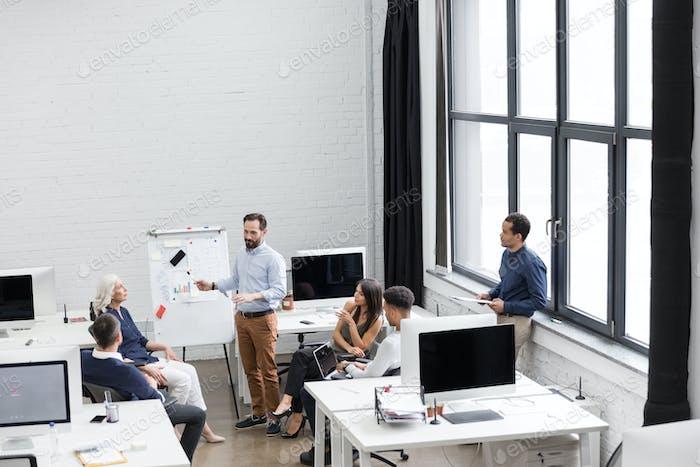 Gruppe von Fachleuten, die an neuen Business-Projekt arbeiten