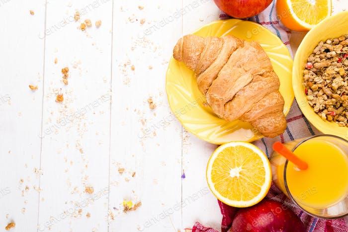 Gesundes Frühstück. Verschiedene Sortiments-Set. Orangensaft, Müsli, Croissant und Obst.