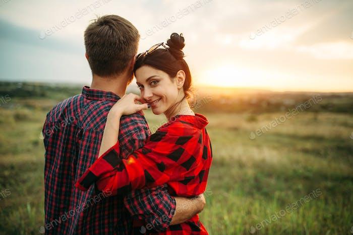 Glückliche Liebe Paar Umarmungen im Sommer Feld bei Sonnenuntergang