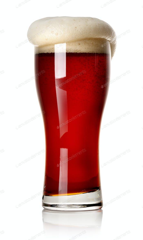 Schaum auf rotem Bier