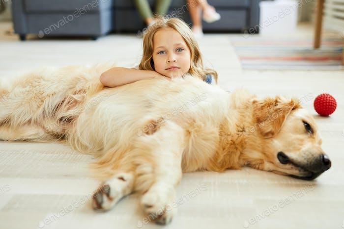 Mädchen mit Labrador