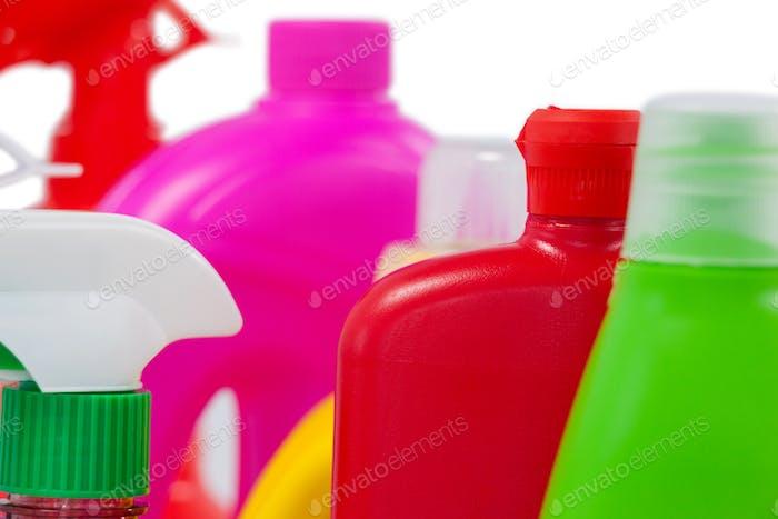 Varios recipientes de detergente dispuestos sobre fondo blanco