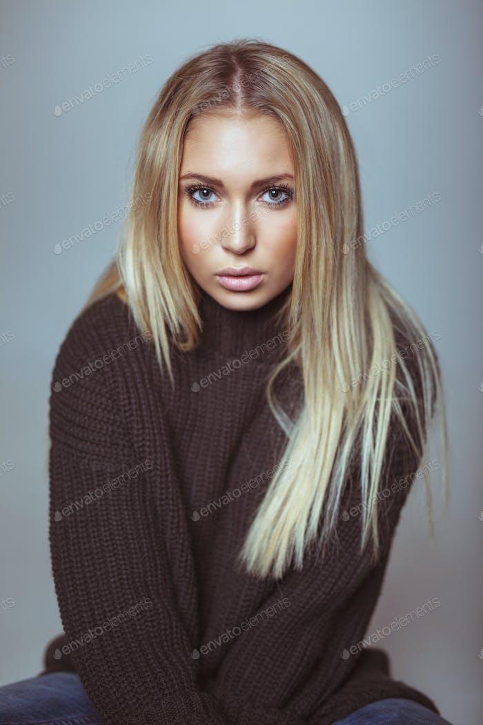 Porträt von schönen jungen blonden Frau