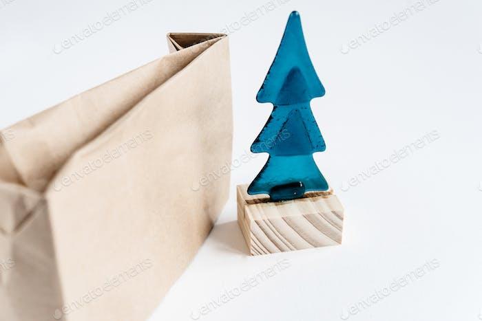 Weihnachtsbaum Spielzeug mit Handwerk Eco Paket auf weißem Hintergrund