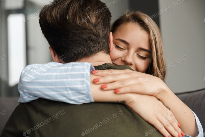 Photo closeup of happy romantic caucasian couple smiling and hugging