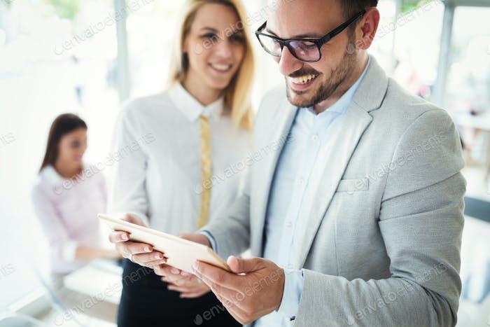 Geschäftsleute, die Spaß im modernen Büro haben