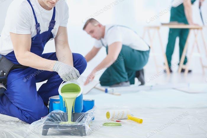 Grüne Farbe zu malen