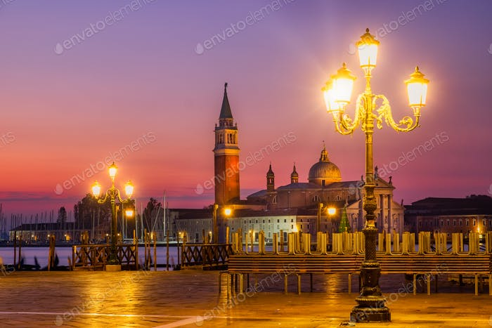 Blick auf den Sonnenaufgang von San Giorgio Maggiore in Venedig