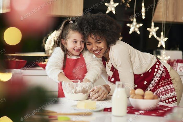 Mädchen und ihre Mutter backen Kekse für Weihnachten