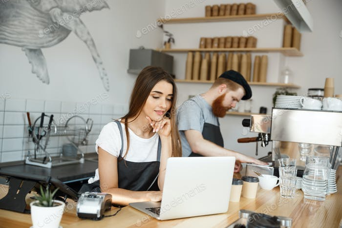 Coffee Business Concept - schöne kaukasische Barkeeper Barista oder Manager arbeiten und Hobeln in