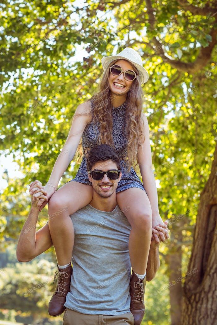 Niedliches Paar im Park an einem sonnigen Tag