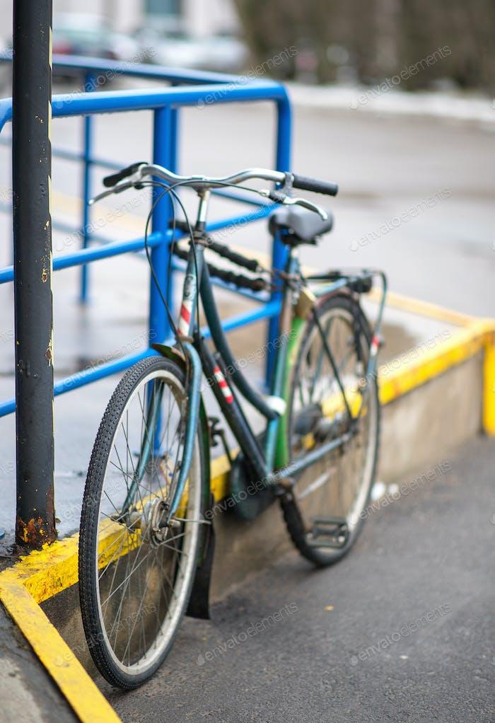 nasses Fahrrad im Regen