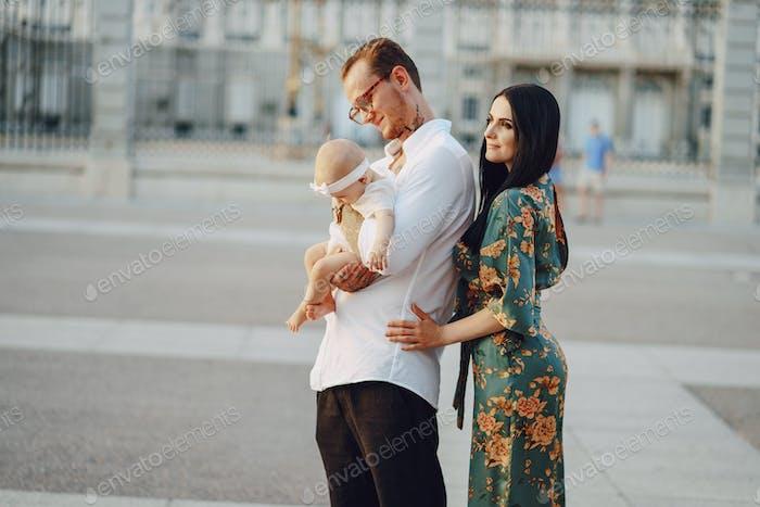 Familie in einer Stadt