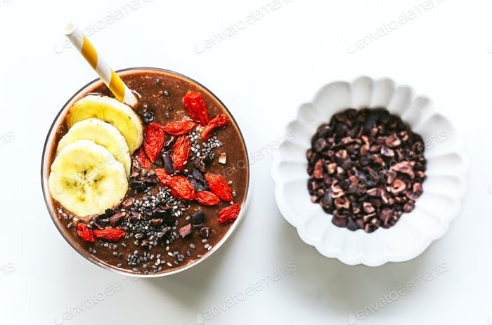 Banane, Kokoswasser, Chia und Kakao Smoothie