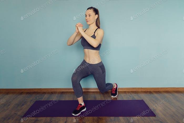 Mujer joven en ropa deportiva