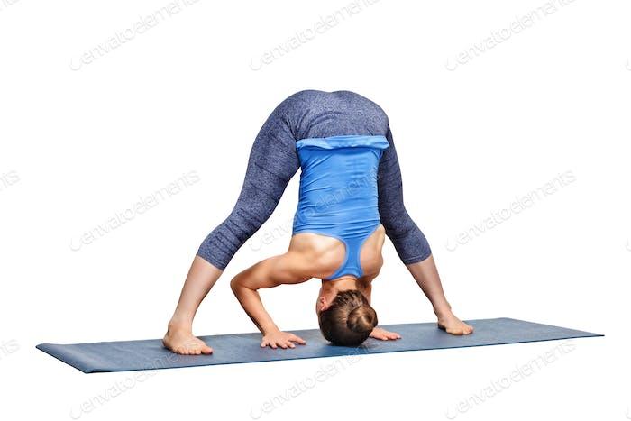 Sportlich fit Frau Praktiken Ashtanga Vinyasa Yoga Asana Prasarita