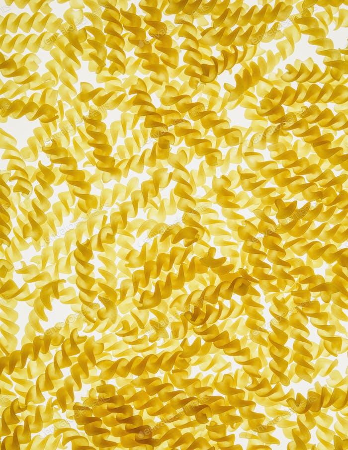 Bio glutenfreie Fusilli Pasta Spiralen, weißer Hintergrund