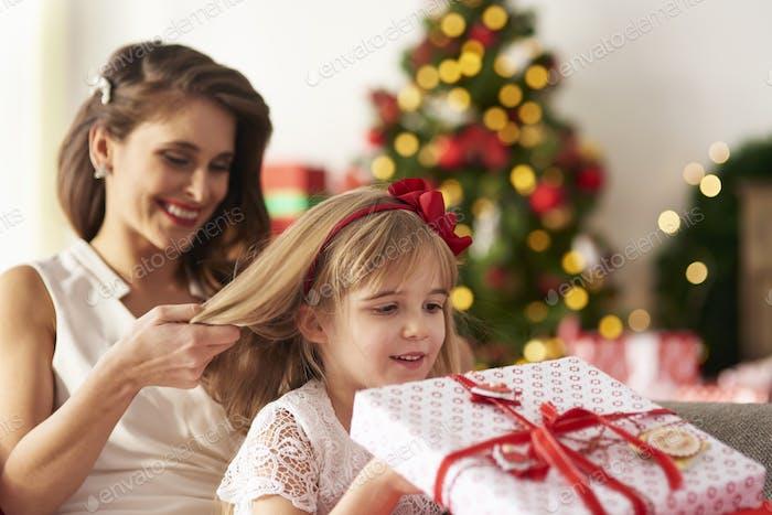 Mutter kämmt Mädchen Haar