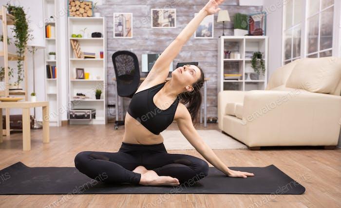 Кавказская женщина сидит на йоге лотоса позы